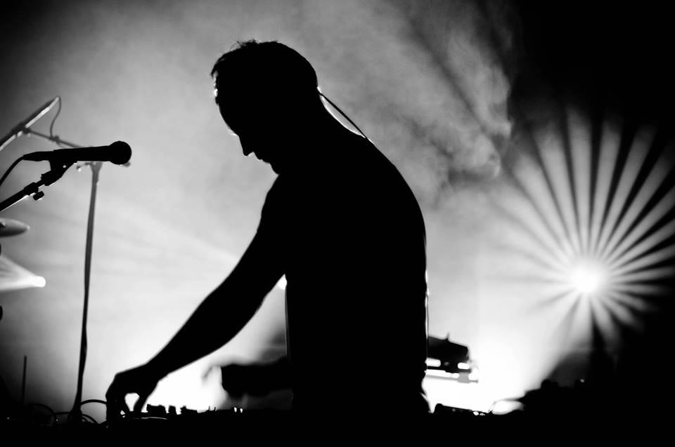 Tom Fire mélange le reggae et le dub à de nombreux autres styles.