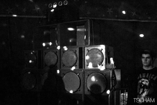 Le mur de Zion Gate Hi Fi, venu en voisin de Nantes, sonorise le Dub Club Arena.