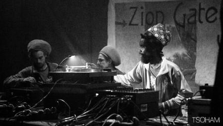 Au Dub Club, Jah Youth en famille sur la sono de Ras Abubakar de Zion Gate Hi-Fi.