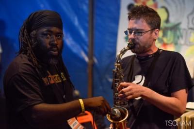 Dans la Dub Club Arena, Solo Banton et Digistep (au saxophone), mettent le feu!