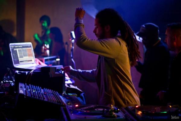 Ackboo mixe ses tunes en live!