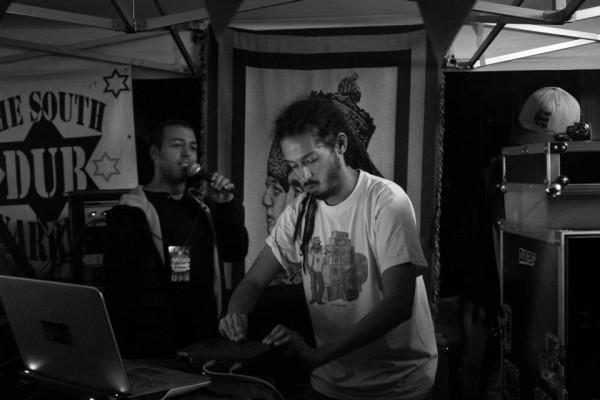 Le dub maker Ackboo à la console pour un mix explosif, avec S'Kaya au micro!