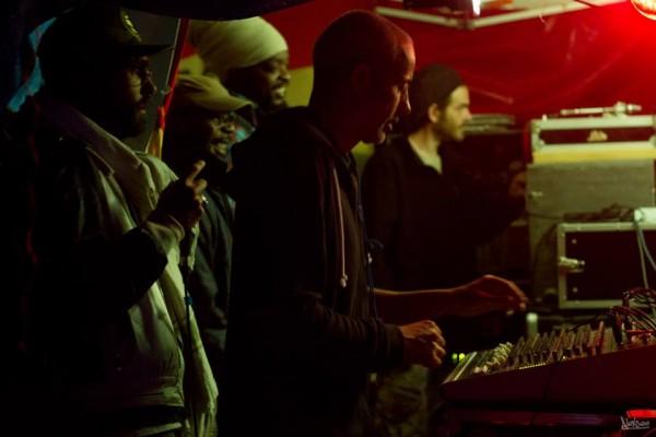 Barbés D sur la sono du Ital Sounds avec Ras Mykha qui fait une apparition au micro. Jah Marnyah et Professa Natti en arrière plan.