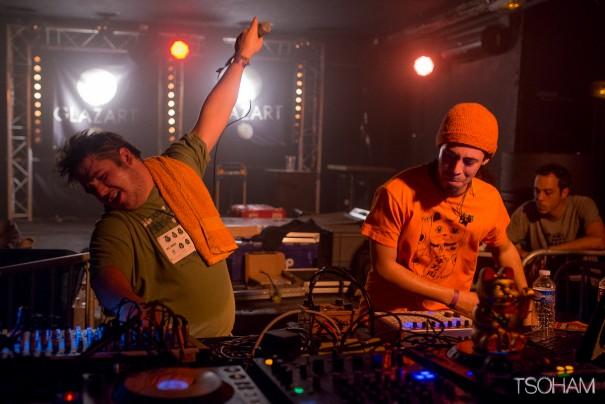 """Comme d'habitude en live, Toinou (à gauche) et Joris donnent tout ce qu'ils peuvent! Mahom a notamment joué beaucoup de morceaux de son prochain album, """"The Skankin' Cat"""" qui sort le 8 octobre sur le netlabel ODG."""