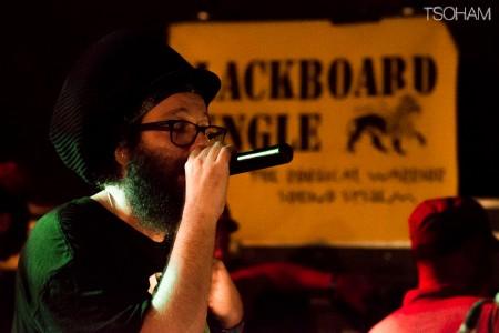 Venu de Leicester en Angleterre, I-Mitri était aussi à l'aise au micro qu'aux percussions.