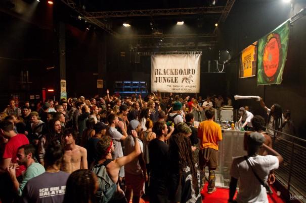 Les massives sont déchaînées pour la last tune de Jah Tubby's avec Macky Banton (tout à droite), au micro!