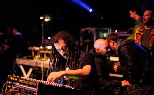 Fabasstone en action, lors de la tournée Dub Invaders, le 22 février 2013, au Transbordeur de Lyon. Crédit photo : François Paren.