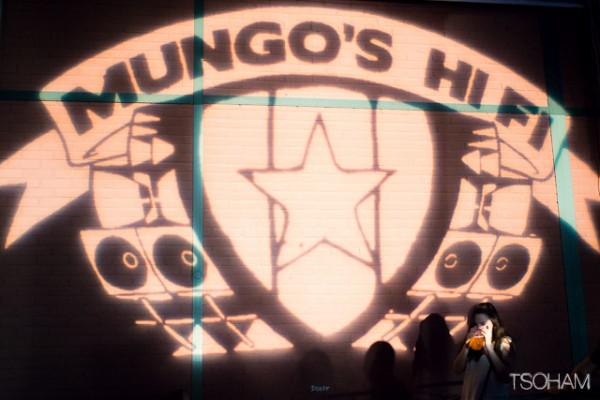 La projection du logo de Mungo's Hifi sur un mur du hall du même nom.