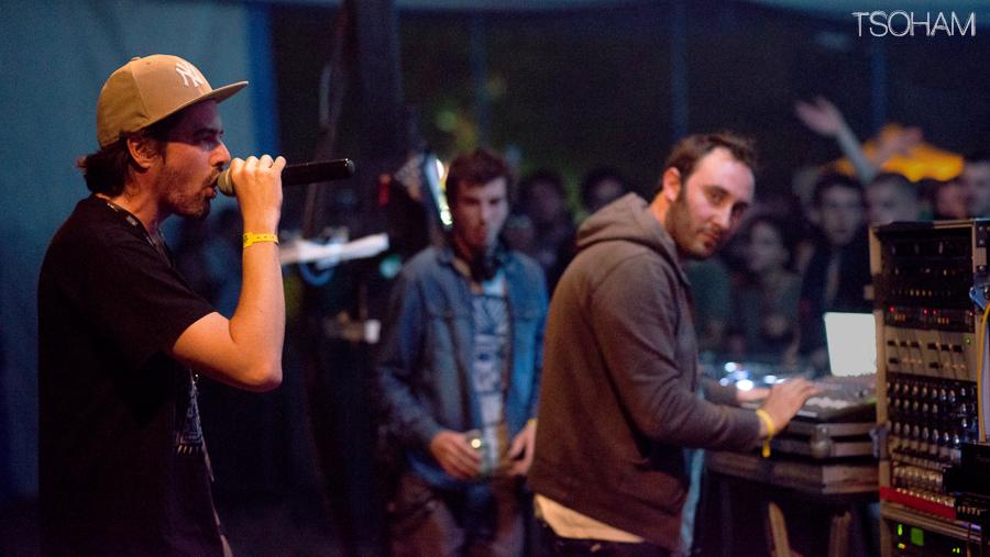 Pupajim, Rootystep et Mc Gyver, en action lors du Dub Camp Festival en juillet 2014. Photo montage : Tom Tsoham, Musical Echoes.