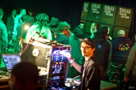 Mark Iration (tout à droite) danse devant les scoops de Sinai sound system !