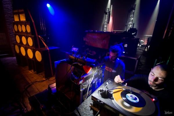La soirée se poursuit au rythme des selections du Welders Hi-Fi, le sound system provençal!