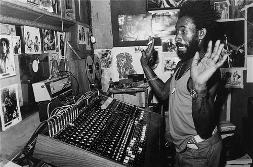 "Lee ""Scratch"" Perry dans son Black Ark studio. La légende."