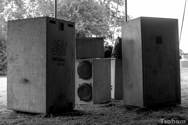 Phase d'installation également pour Jah Marshall sound system dans le Dub Club Arena. Le sound dit être prêt pour sonoriser deux sélecteurs de renom : Migthy Massa venu du Japon et Jah Shaka !
