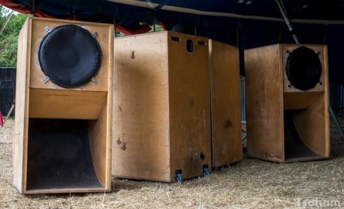 Les scoops de basses forment la partie basse du sound system sur laquelle le reste (hauts et bas médiums et aigus) reposent.