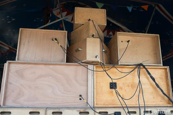 L'arrière d'un mur de Jah Marshall sound system.