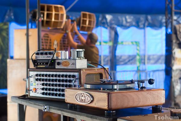 Venu de la région du Yorkshire dans le nord de l'Angleterre, Paul Axis installe sa merveille de sound system : le Axis Valv-A-Tron qui fonctionne à lampes et non à transistor comme les sonos antérieures aux années 1970. Ce dernier ne supporte que des vinyles et des acétates, c'est le choix strict du priopriétaire!