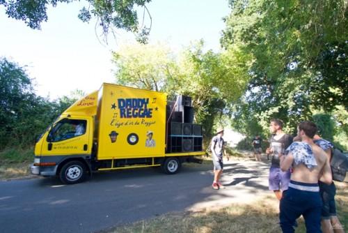 Le camion est aussi un sound system... mobile où le sélecta balance des tunes depuis le siège conducteur sur une platine à côté de lui!