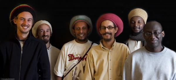 Le crew Zion Gate, avec Abubakar au centre, avec le bonnet rouge.