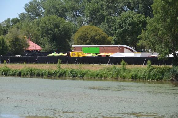 Un partie du Dub Club Arena et du truck system de Daddy Reggae, visible depuis l'autre berge du canal de La Martinière.
