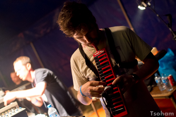 Digistep (Dubkasm) troque parfois le saxophone pour le mélodica!