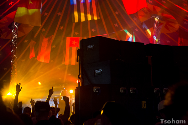 Réunion de sound systems poids lourds sous le chapiteau central : comme l'an dernier, Blackboard Jungle tient tête à deux gros sounds, Jah Tubby's et Channel One, tous les deux venus de Londres.