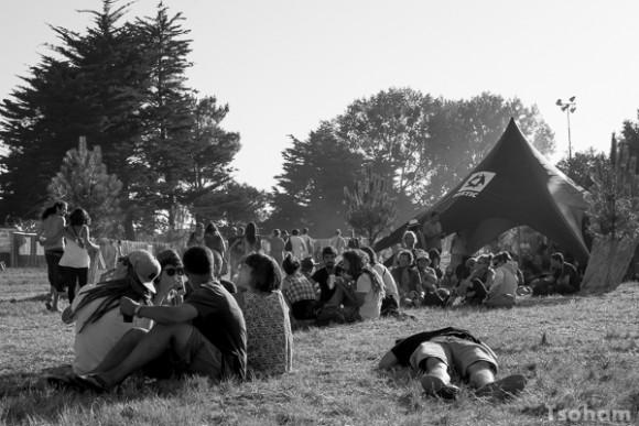 Les festivaliers profitent au maximum du généreux soleil.