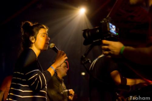La chanteuse Marina P au micro.