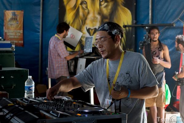 Dans le Dub Club, sur la sono de Jah Marshall, le Japonais Mighty Massa a donné une leçon de sélection au festival. Peut-être la meilleure session du Dub Camp 2015?