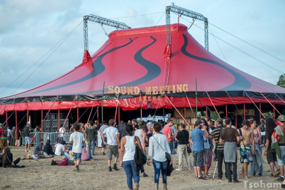 La Sound Meeting Arena reste le point névralgique du festival, c'est aussi le plus grand chapiteau.