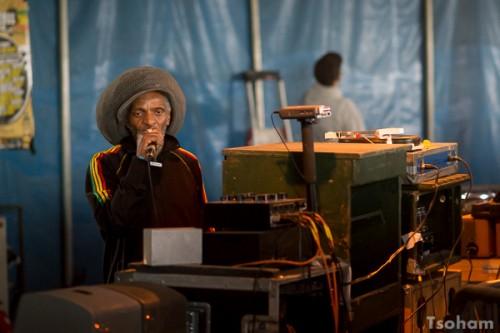 Toujours dans le Dub Club, Jah Shaka a ensuite pris le relais pour une session de cinq heures!