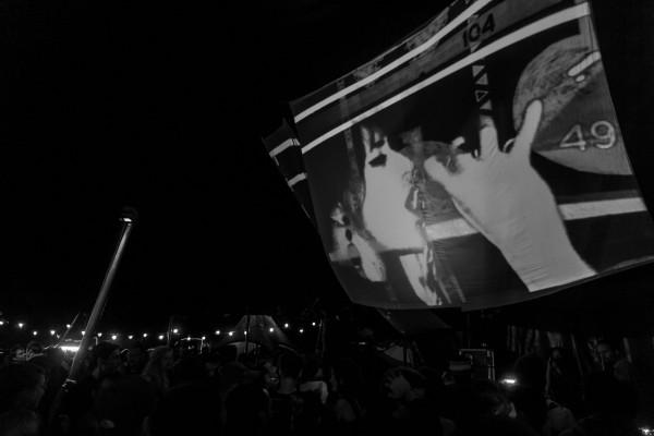 Ce dernier s'appuie notamment sur les images d'une caméra qui filme les artistes en permanence : ici Sis I-Leen.