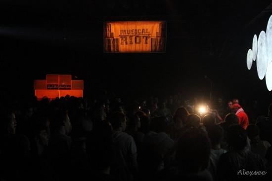 La foule est dense, attentive aux sélections de Mark Iration et à la voix de Danman