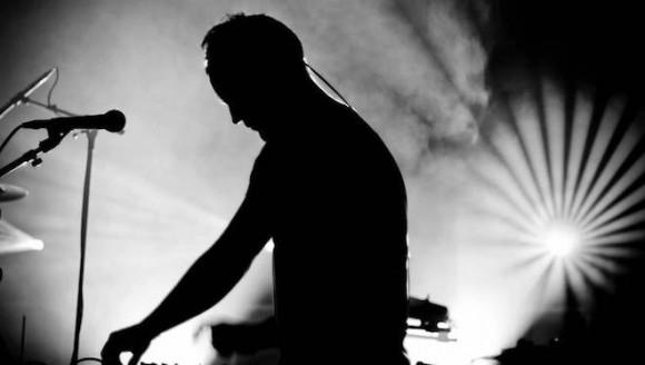 Sur scène, Tom Fire joue de plusieurs instruments en plus des rythmiques programmées.