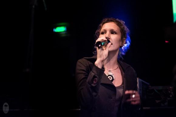 Marine, chanteuse du groupe de roots, Moja, au micro !