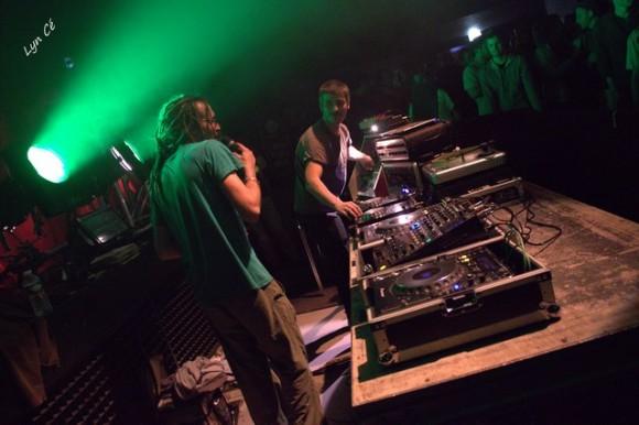 Le duo bien rodé de Dawa Hi-Fi : Ben Abass au micro et Val à la sélection. Le crew fête ses dix ans à Bourges le mois prochain!