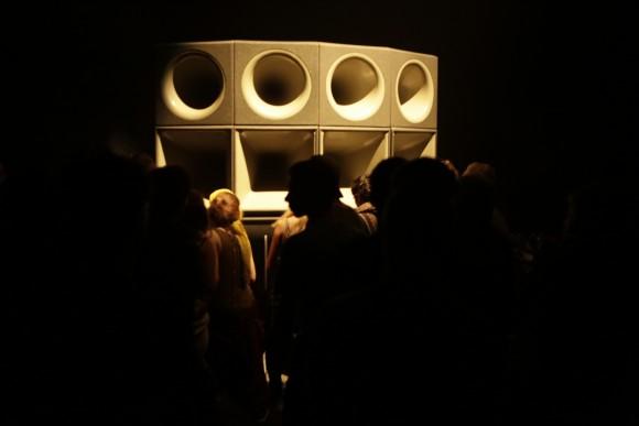 Un stack au look futuriste, reconnaissable entre mille, de Reggae Roast sound system. Crédit : Maxime Rostan.
