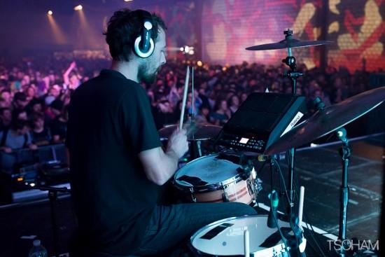 C'est Mayd Hubb, également producteur dub par ailleurs, qui assure la batterie du live !