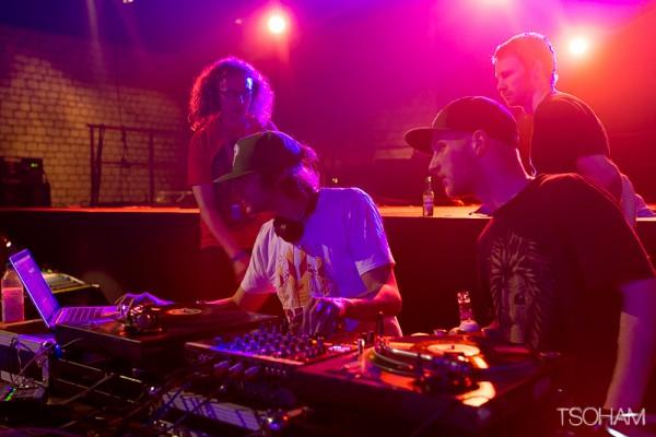 Sur leur sono, les Mancuniens de Dub Smugglers ont envoyé un reggae péchu dynamité aux wobble bass avec des dubplates des meilleurs vocalistes.