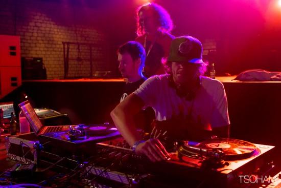 Dub Smugglers dégage une vraie énergie et joue un reggae festif et dansant.