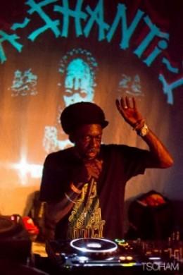 Aba Shanti fait aussi le MC entre les morceaux et chante aussi de plus en plus souvent.