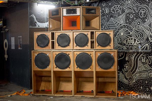 Le sound system du BoomBoom collective a bien tenu le choc et résisté aux réglages parfois suraigus d'Aba Shanti-I. Ce dernier aurait effectué un contrôle méthodique de l'ensemble de l'installation lors du soundcheck.