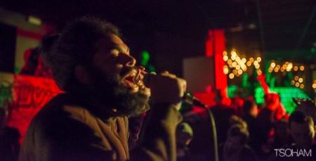Le francilien Jacko, habitué des sessions sound system parisiennes, chante aussi souvent en live avec le groupe