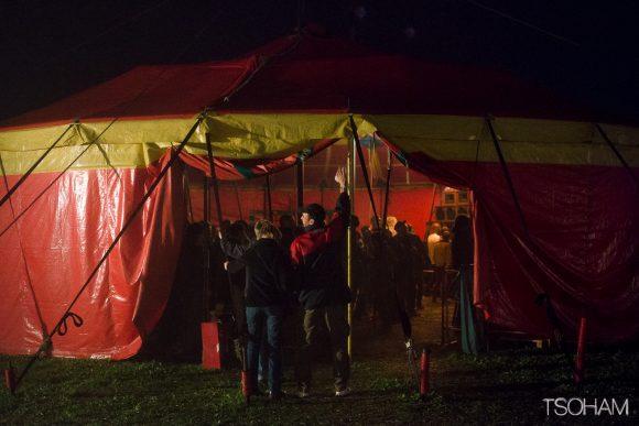 Le chapiteau principal du festival sous la pluie.