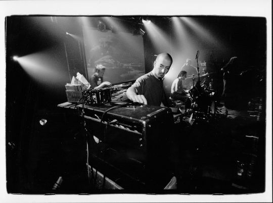 Julien Oresta aka Aku-Fen, ici en live avec High Tone. Photo : JFX.