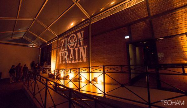 L'extérieur du Zion Train hall.