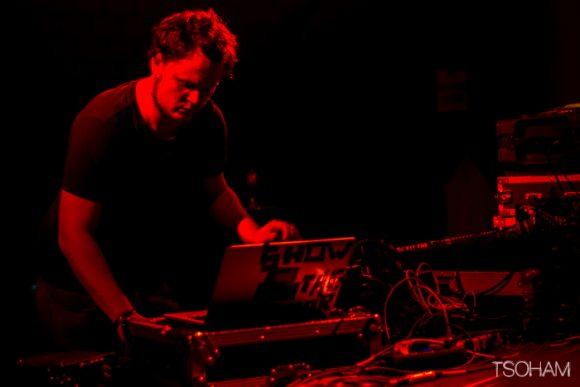Le producteur Egoless, venu de Zagreb en Croatie, a pour sa part conclut la nuit dans le Zion Train hall.