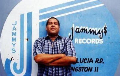 Le producteur Prince Jammy pose devant son studio, à Kingston. Source : Clash.